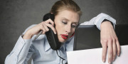 femme épuisée au bureau